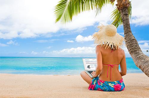 Ноутбук на пляже