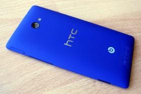 Задняя часть смартфона HTC 8X синего цвета